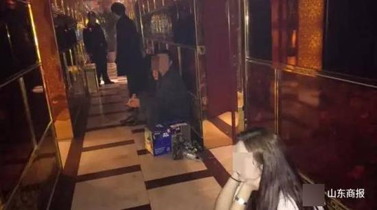 山东扫黄现场:8名警察智取75人 淫窝里糜烂不堪多名男女衣衫不整