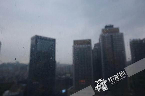 降温伴随小雨在早晨如约而至。记者 李裕锟 摄