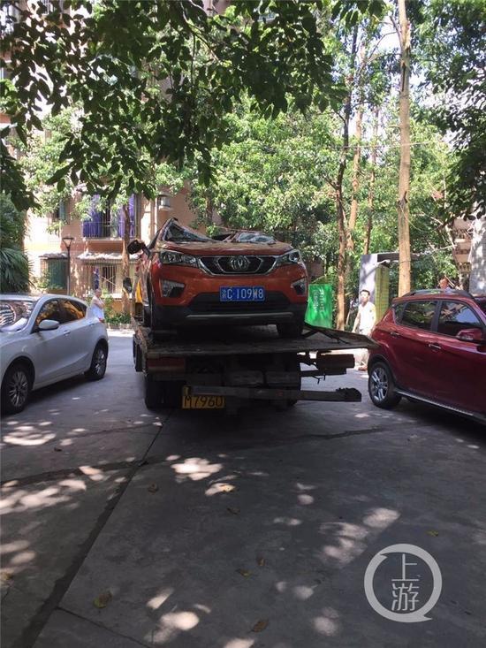 △被出租车砸中的轿车。