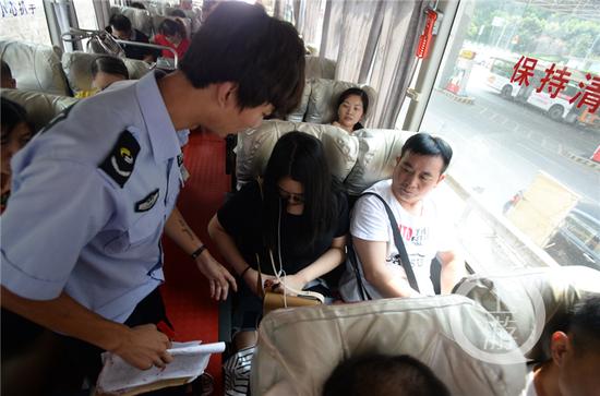 8月14日,四公里交通换乘枢纽,安全人员对乘坐长途客车的乘客系安全带情况进行检查