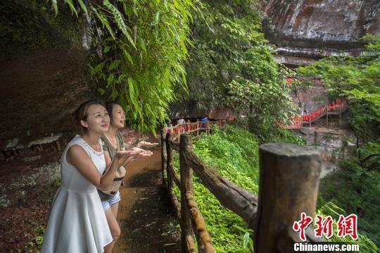 众多游客在江津四面山避暑游玩。 黄柏添 摄