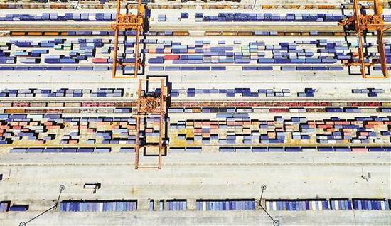 """近日,重庆西部物流园铁路集装箱中心站,中欧班列""""渝新欧""""的集装箱整齐堆放。记者 张锦辉 摄"""