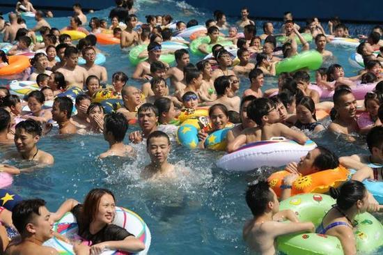 重庆秋老虎发威 市民洋人街水公园享清凉