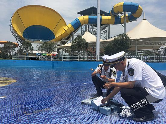 市卫计监督执法局的监督员正在检查泳池水质。市卫计监督执法局供图 华龙网发