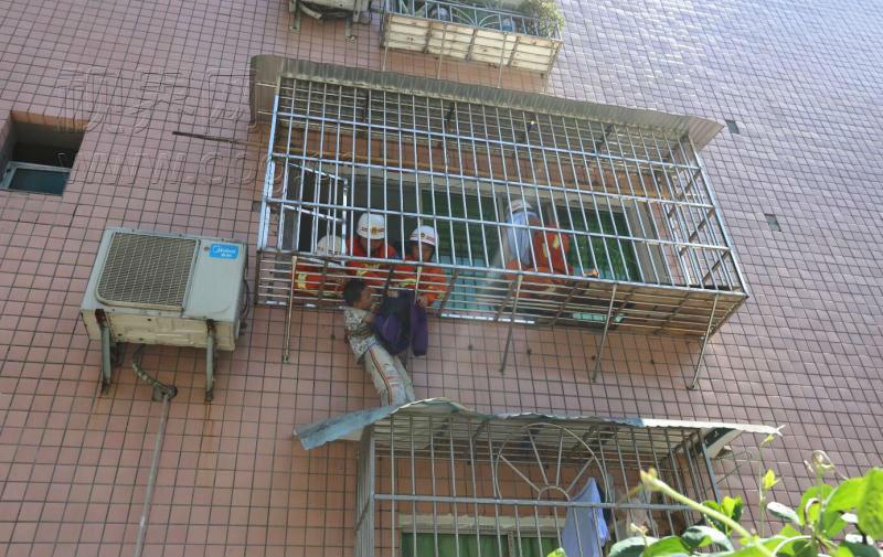 六岁熊孩子阳台上玩耍掉雨棚 消防官兵急救援