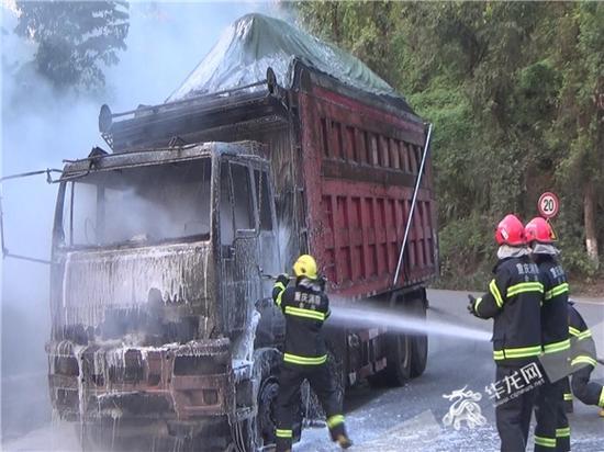 消防官兵对货车进行降温处理。合川消防供图 华龙网发