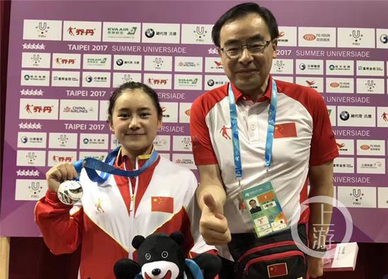 刘凤展示自己获得的奖牌