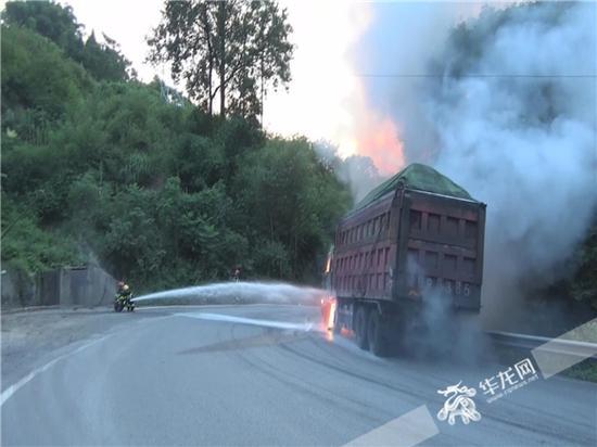 消防官兵正在灭火。合川消防供图 华龙网发