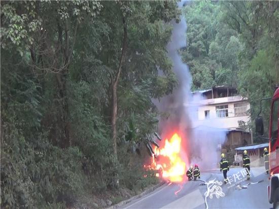 消防官兵处置火情。合川消防供图 华龙网发