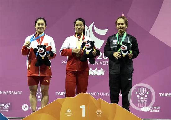 刘凤(左)夺得银牌