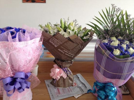 店长立马安排人包花送花,不久后, 收到鲜花的3名女子,都很开心地把自己与鲜花的照片反馈给了鲜花店主。