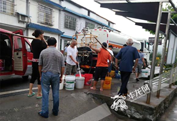 南川南平镇为居民送水。 市防办供图 华龙网发