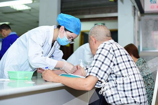 市人民医院,医生为一名老人诊治。 院方供图