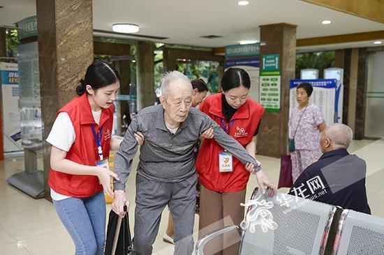 市人民医院,两名志愿者正帮助老人坐下休息。 院方供图