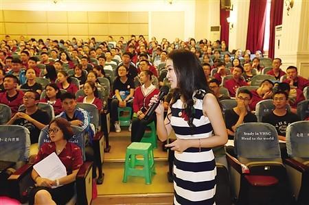 傅晓田在跟同学们分享她的经验和感悟 记者 秦健 摄