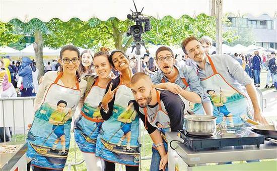重庆姑娘唐诗创办的中国美食节在伦敦很受欢迎。受访者供图