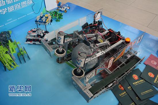 图为科普日活动现场展示的一台发球机器人。新华网赵紫东 摄