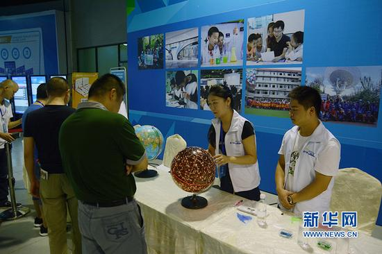 图为志愿者正在讲解地球相关知识。新华网赵紫东 摄