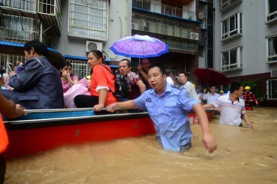 民警和消防官兵正在救助转移受灾群众。 本文图片均为重庆市公安局供图