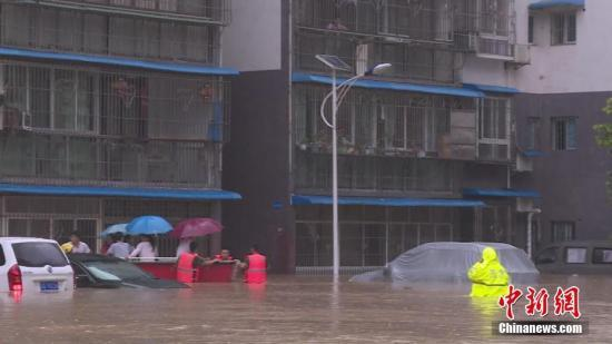 资料图:暴雨致使重庆部分城区积水严重。汪维 摄