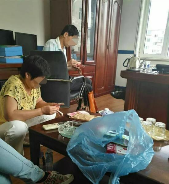 原房主家人在清点钱物。图片由警方提供
