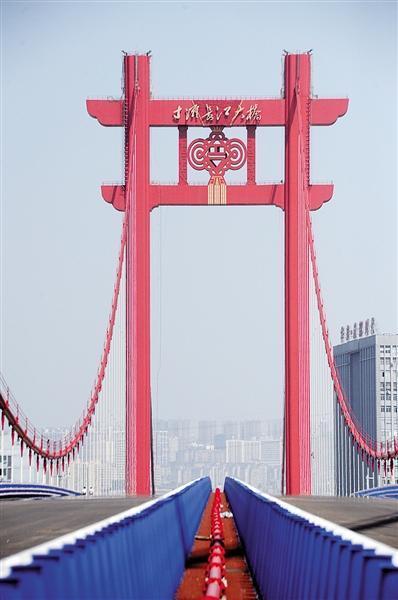 """昨日,在建的寸滩长江大桥已涂装""""中国红""""。本报记者 胡杰 摄"""