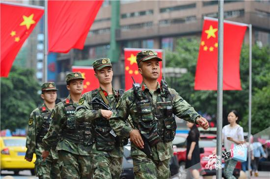 武警官兵在重庆沙坪坝区三峡广场巡逻。武警重庆总队供图 华龙网发