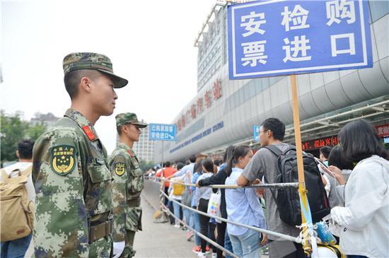 在重庆北站南广场汽车站执勤的武警官兵。武警重庆总队供图 华龙网发