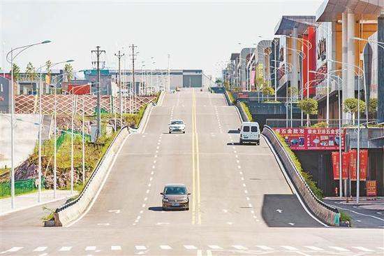 位于巴南区华南城会展中心旁的波浪路近日成为网红。
