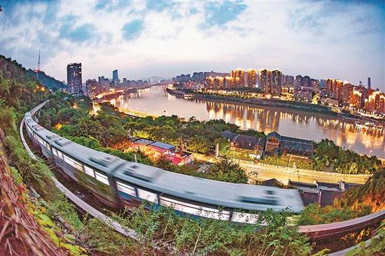 依山而行的轻轨,与远处的城市美景相得益彰。