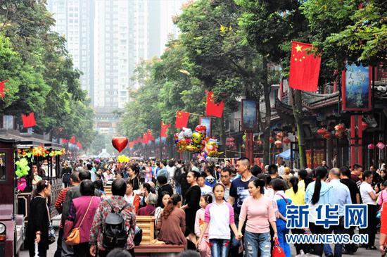 游客在长寿古镇感受节日氛围。新华网发(长寿区旅游局供图)