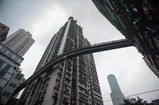 还有一座人行天桥从22层架起,离地几乎到了70米的高度,刺不刺激?