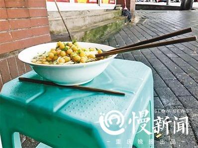 垫根筷子是为了面碗平衡