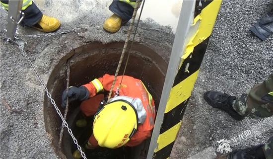 消防官兵下井实施救援。合川消防供图