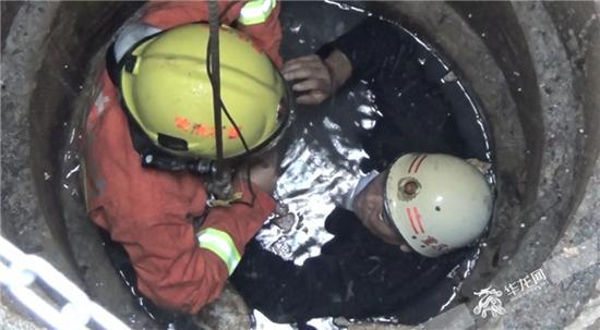 消防官兵泡在水中告诉被困男子救援方案。合川消防供图