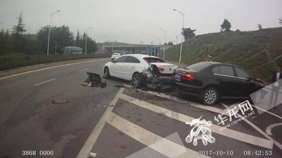车辆受损严重。渝北交巡警供图 华龙网发