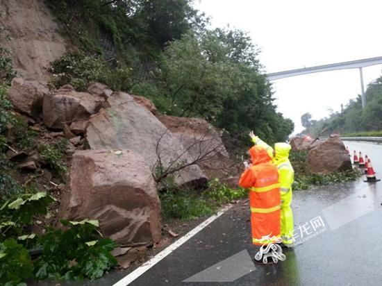△沪蓉高速万州至高粱段发生山体滑坡