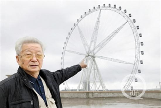 昨日,两江新区礼嘉欢乐谷技术中心,80岁的高级工程师李长俊回忆1991年安装重庆南坪摩天轮的情景。