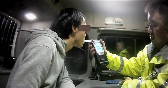 重庆:因4岁儿子一句玩笑话 爸爸酒驾被查