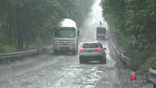 重庆一道路泥泞不堪 车速最低仍十分颠簸