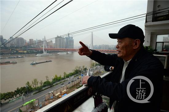 △87岁的长江索道设计者石奉强专程来到长江索道再一次乘坐体验。