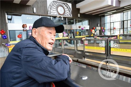 人群中,有位87岁的老人身份特殊,30年前,他是长江索道建设工程总设计师石奉强。