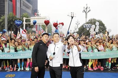▲ 刘建宏(图中)、吴庆(图左)、张俪(图右)与参赛选手合影互动。