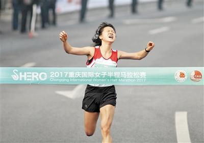 半程马拉松何明雪冲线获得冠军。