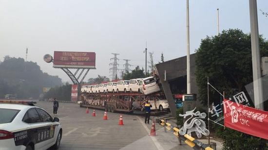 货车撞上高速路收费站广场前的站房。市交通执法高速一支队四大队供图 华龙网发