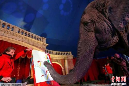 另外3幅呈现流水般彩色线条的抽象画,则分别叫价约4万福林。这些款项将捐给马来西亚的大象保护区。