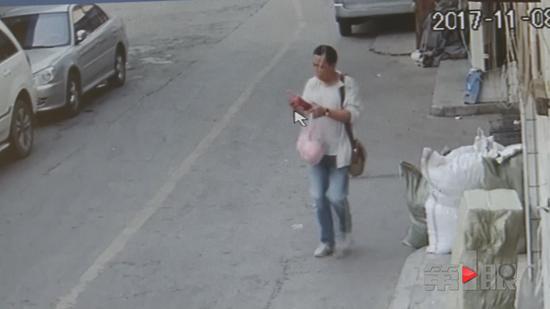 为了不引人注意,这名男子用一瓶饮料挡住了偷走的手机,可他没料到,监控镜头把他偷盗的过程拍得一清二楚。