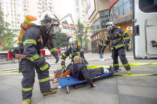 """大渡口区""""119消防宣传月""""主题活动暨高层应急疏散演练摄/郑宇"""