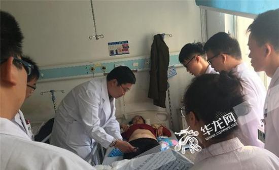 西南医院骨科张泽华副教授(左1)开展教学查房 通讯员 屈德意 摄
