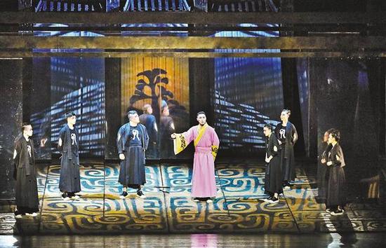 11月14日晚,由重庆市话剧院打造的话剧《孔子》在重庆大剧院首演。记者 熊明 摄